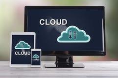 Concetto della nuvola sui dispositivi differenti fotografia stock