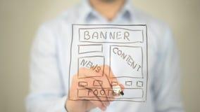 Concetto della pagina Web, scrittura dell'uomo sullo schermo trasparente Immagini Stock