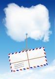 Concetto della posta aerea, mosca della busta sulla nuvola con lo spazio della copia Immagine Stock