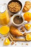 Concetto della prima colazione - caffè, croissant e succo d'arancia su un briciolo Fotografia Stock Libera da Diritti