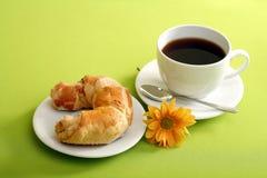 Concetto della prima colazione con caffè ed il croissant immagine stock