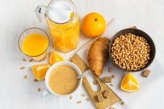 Concetto della prima colazione - succo d'arancia, croissant, caffè e grano Immagine Stock Libera da Diritti
