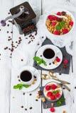 Concetto della prima colazione Yogurt casalingo delle bacche del granola di muesli del caffè fotografia stock libera da diritti