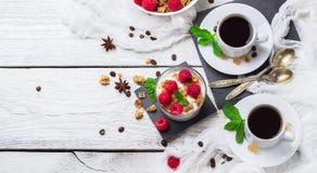 Concetto della prima colazione Yogurt casalingo delle bacche del granola di muesli del caffè immagine stock libera da diritti