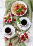 Concetto della prima colazione Yogurt casalingo delle bacche del granola di muesli del caffè immagini stock libere da diritti