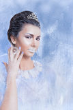 Concetto della regina della neve che mostra un cristallo Fotografia Stock Libera da Diritti