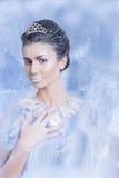 Concetto della regina della neve con un cristallo fra le sue dita Fotografia Stock Libera da Diritti