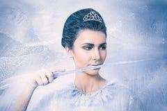 Concetto della regina della neve con un ghiacciolo nella bocca Fotografie Stock