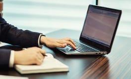 Concetto della rete di Working Laptop Connecting dell'uomo d'affari, affare Fotografie Stock