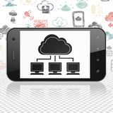 Concetto della rete della nuvola: Smartphone con la rete della nuvola su esposizione Fotografia Stock