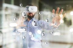Concetto della rete sociale dello schermo virtuale Tecnologia della comunicazione e Internet moderni SMM fotografia stock libera da diritti