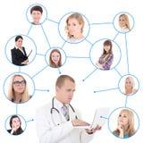 Concetto della rete sociale - giovane medico maschio con il computer portatile Fotografia Stock