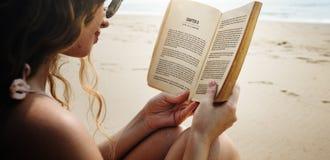 Concetto della riva del libro di lettura della donna Immagine Stock Libera da Diritti