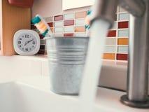 Concetto della routine di vita con l'orologio nel bagno Fotografia Stock Libera da Diritti