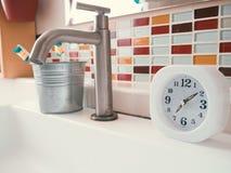 Concetto della routine di vita con l'orologio nel bagno Fotografia Stock