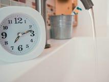 Concetto della routine di vita con l'orologio nel bagno Immagini Stock Libere da Diritti
