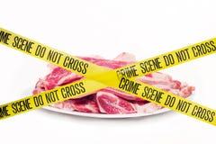 Concetto della scena del crimine della carne contro fondo bianco Immagine Stock