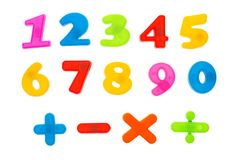 Concetto della scuola di istruzione e di matematica I numeri colorati calcola 1 - 9 con i segni isolati su bianco Fotografia Stock