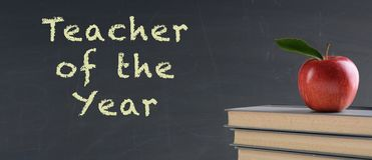 Concetto della scuola: Insegnante dell'anno sulla lavagna fotografia stock libera da diritti