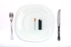 Sigaretta ed accendino invece un pranzo Fotografie Stock