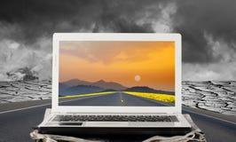 Concetto della soluzione di affari con il computer sulla via Fotografie Stock Libere da Diritti