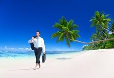 Concetto della spiaggia di Walking Along Tropical dell'uomo d'affari Fotografie Stock Libere da Diritti