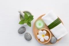 Concetto della stazione termale con sale, la menta, la lozione, l'asciugamano, la candela, la pietra e la Florida Immagini Stock