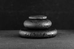 Concetto della stazione termale delle pietre del basalto di zen con le gocce di acqua sul nero Fotografie Stock Libere da Diritti