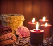 Concetto della stazione termale nella notte con le candele Fotografia Stock