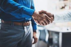 Concetto della stretta di mano di associazione di affari Una foto del processo di handshake di due businessmans Riuscito affare d Fotografie Stock