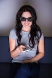 concetto della televisione 3d - film di sorveglianza della giovane donna in vetri 3d Fotografia Stock Libera da Diritti
