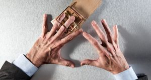 Concetto della tentazione finanziaria corporativa con le mani dell'uomo d'affari, sopra la vista Fotografie Stock