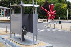Concetto della toilette pubblica nel quadrato di Atomium, Bruxelles, Belgio Fotografie Stock