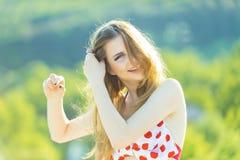 Concetto della treccia Capelli felici della treccia della donna su all'aperto soleggiato Sorriso della ragazza con la treccia Acc fotografia stock libera da diritti