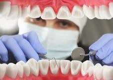 Concetto della visita odontoiatrica, vista interna della bocca Fuoco molle Fotografia Stock