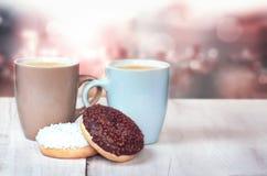 Concetto delle coppie del fondo della sfuocatura del caffè delle guarnizioni di gomma piuma Immagini Stock Libere da Diritti