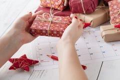 Concetto delle decorazioni di celebrazione del nuovo anno di Natale con il calendario fotografia stock