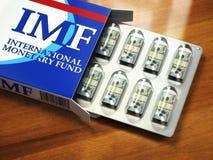 Concetto delle fette di FMI (fondo monetario internazionale) Pacchetto dei dollari come pillole in bolla pac Immagini Stock