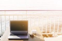 Concetto delle free lance del lavoro posto di lavoro in un viaggio dal mare Immagini Stock