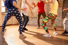 Concetto delle gambe dei dancer's nello studio di dancing Fotografia Stock Libera da Diritti