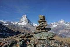 Concetto delle rocce stabili ed uguali dell'equilibrio, sull'alpe con la metallina Fotografie Stock