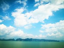 Concetto dello sfondo naturale Il contesto dell'isola nebbiosa, e immagini stock
