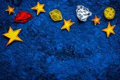 Concetto dello spazio Stelle tirate, pianeti, asteroidi sullo spazio blu della copia di vista superiore del fondo dello spazio co Fotografia Stock