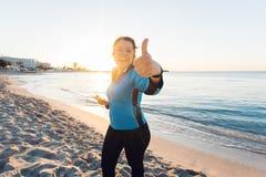 Concetto dello sport, della forma fisica, dello stile di vita sano e del funzionamento - la donna sportiva motivata che fa i poll Immagini Stock Libere da Diritti