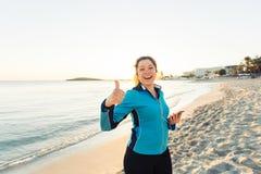 Concetto dello sport, della forma fisica, dello stile di vita sano e del funzionamento - la donna sportiva motivata che fa i poll Fotografie Stock Libere da Diritti