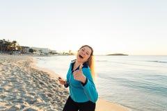 Concetto dello sport, della forma fisica, dello stile di vita sano e del funzionamento - la donna sportiva motivata che fa i poll Fotografie Stock