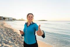 Concetto dello sport, della forma fisica, dello stile di vita sano e del funzionamento - la donna sportiva motivata che fa i poll Fotografia Stock