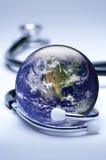 Concetto dello stetoscopio e del globo Fotografia Stock Libera da Diritti