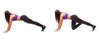 Concetto dello stile di vita sano nell'insieme La donna di bellezza di sport fa gli esercizi di forma fisica della plancia su fon Fotografie Stock