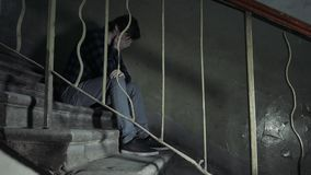 Concetto di abuso di droga , overdose la mano maschio asiatica del tossicomane, siringa narcotica delle droghe nell'azione in vec video d archivio